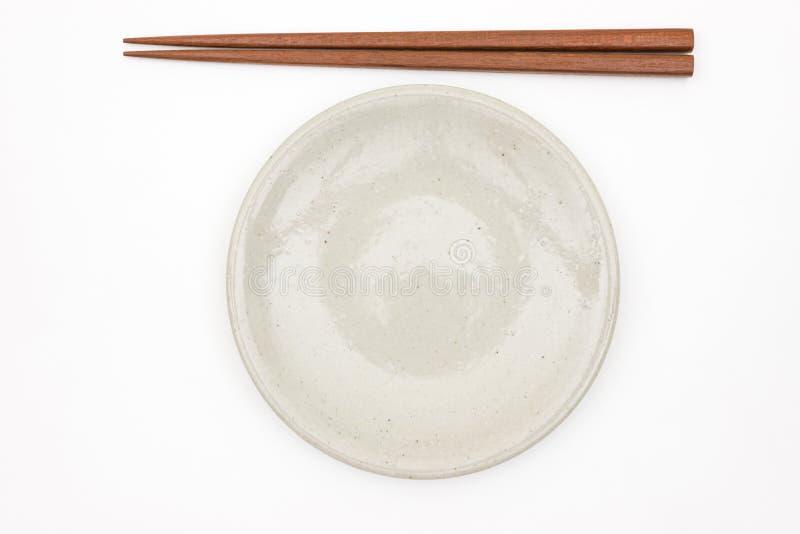Hashi de madeira japonês tradicional e placa cerâmica branca imagens de stock
