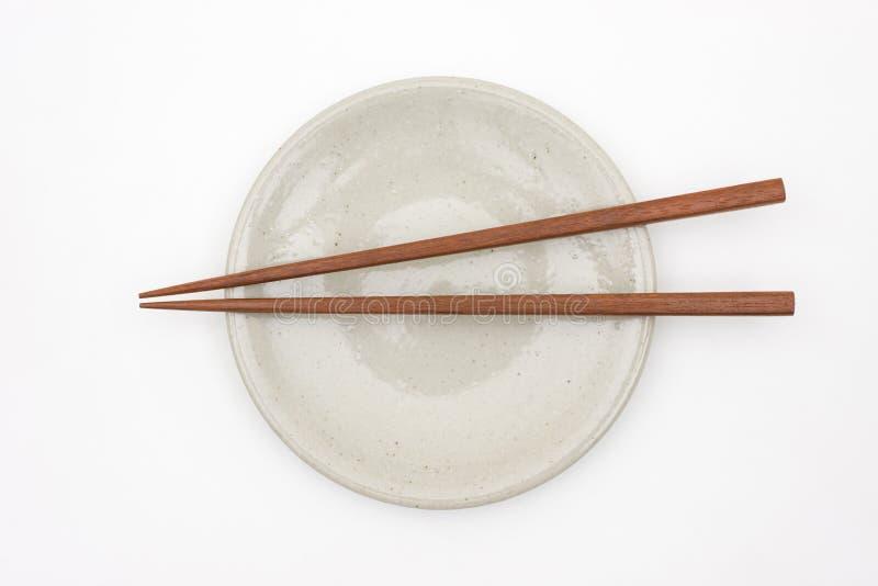 Hashi de madeira japonês tradicional na placa cerâmica branca fotos de stock