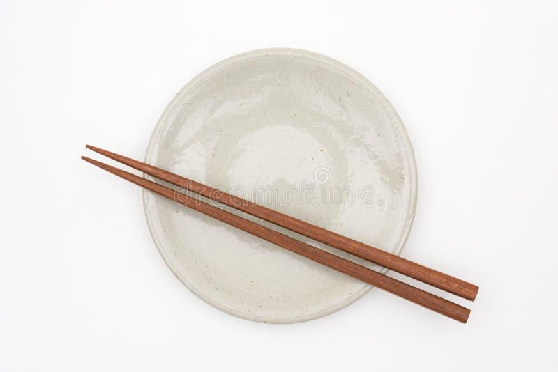 Hashi de madeira japonês tradicional na placa cerâmica branca foto de stock royalty free