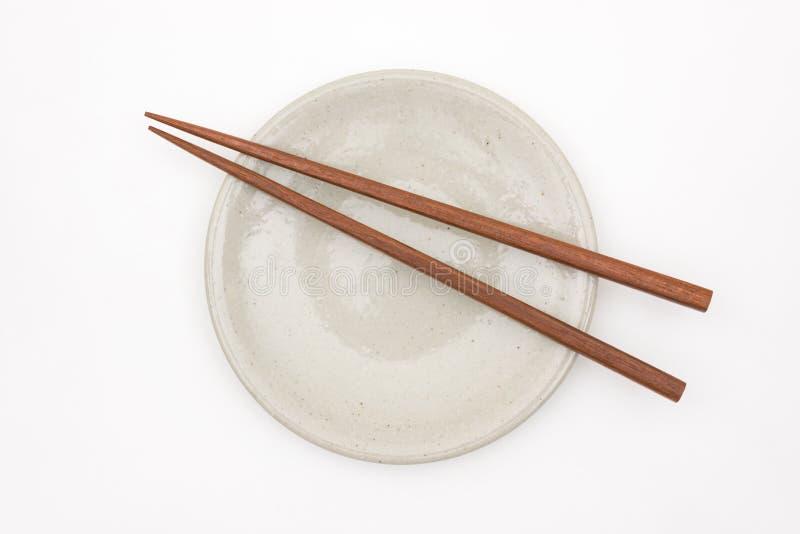 Hashi de madeira japonês tradicional na placa cerâmica branca imagem de stock royalty free
