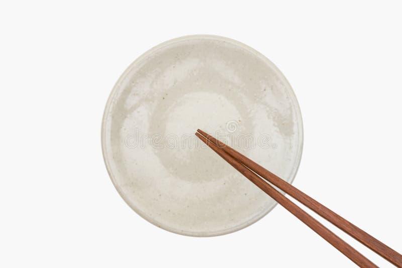 Hashi de madeira japonês tradicional na placa cerâmica branca fotografia de stock