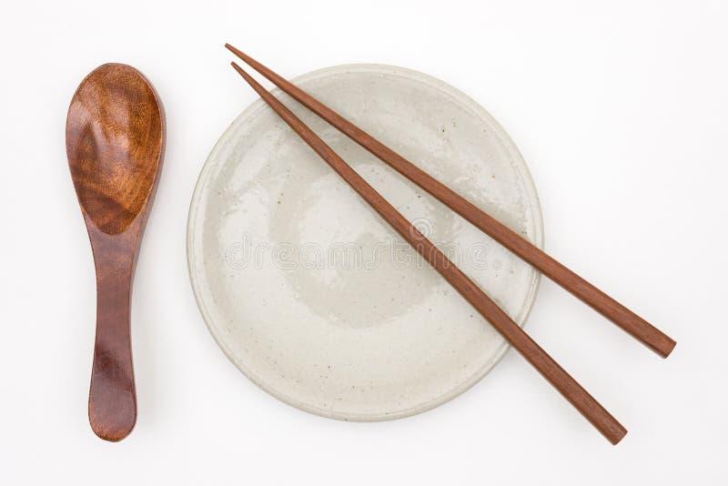 Hashi de madeira japonês tradicional na placa cerâmica branca e fotografia de stock royalty free