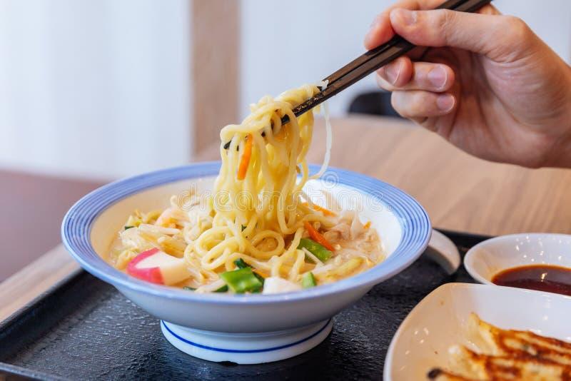 Hashis que comprimem Ramen de Champon um prato que seja uma culinária regional de Nagasaki, Japão com carne de porco, camarão do  imagens de stock