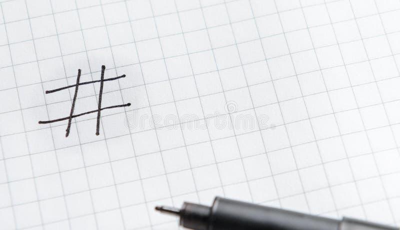 Hashtag é preto escrito com um marcador Conceito em linha da tecnologia, mercado, mercado social dos meios fotografia de stock