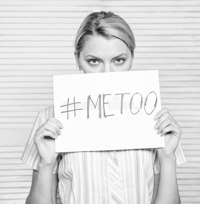 Hashtag dell'iscrizione del manifesto della tenuta del fronte di calma della donna me anche Molestie di assalto della vittima nel fotografia stock libera da diritti
