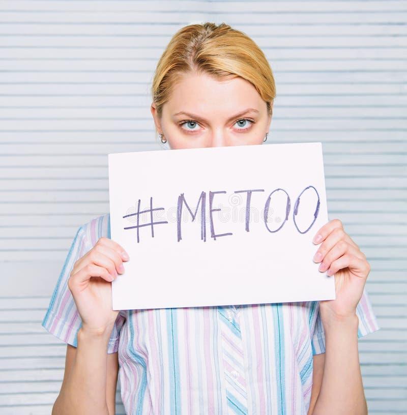 Hashtag dell'iscrizione del manifesto della tenuta del fronte di calma della donna me anche Molestie di assalto della vittima nel fotografie stock libere da diritti