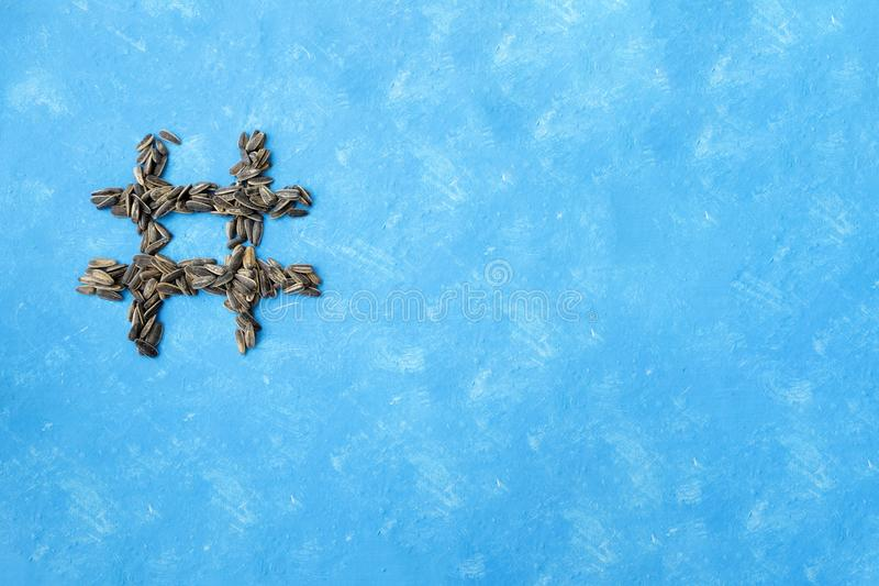 Hashtag des graines noires salées sur un fond bleu Typographie de nourriture ?l?ment de conception images libres de droits