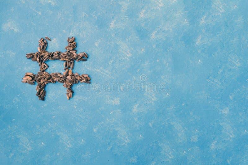 Hashtag des graines noires salées sur un fond bleu Typographie de nourriture ?l?ment de conception photos libres de droits