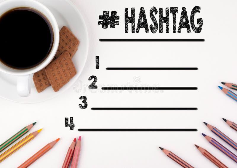 Hashtag masquent le bureau blanc de liste avec un crayon et une tasse de café images stock