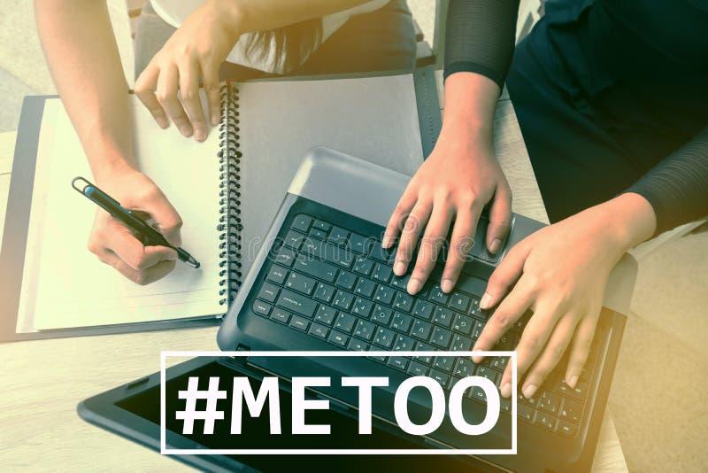 Hashtag MeToo sul fondo del posto di lavoro Metoo come nuovo movimento immagini stock libere da diritti