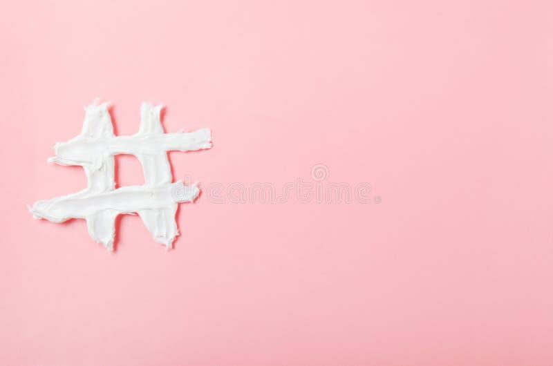 Hashtag van witte gezichtsroom op een roze achtergrond Concept technologie, mededeling, online op de markt brengend, de schoonhei royalty-vrije stock afbeeldingen