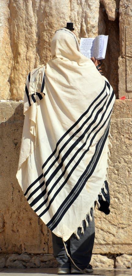Hasidic ebrei pregano la parete occidentale fotografia stock libera da diritti