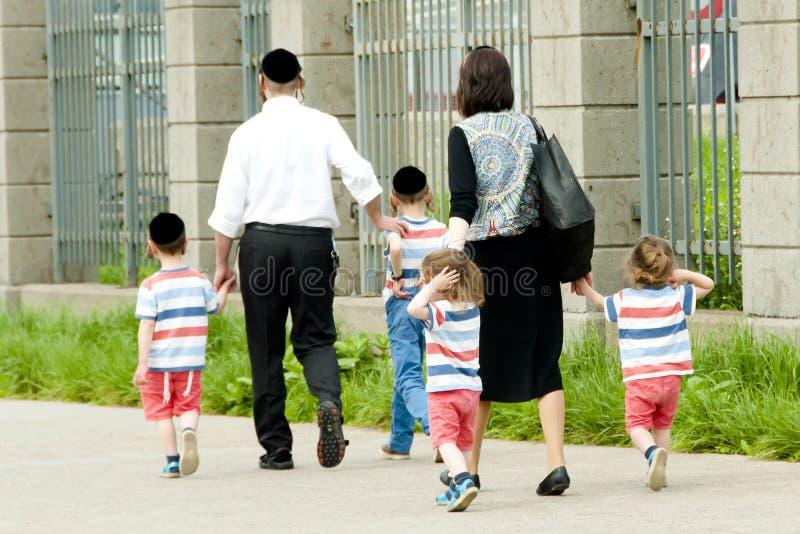 Hasidic jüdische Familie lizenzfreie stockfotos