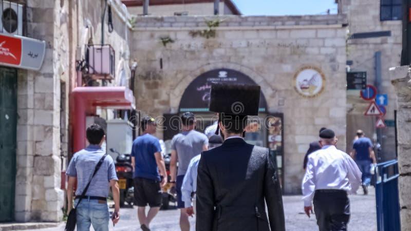 Hasidic jüdischer Mann, der ein shtreimel in der alten Stadt von Jerusalem trägt lizenzfreies stockfoto