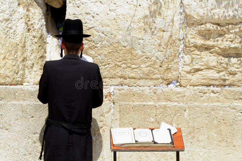 Hasidic Joden die door muur loeien stock afbeeldingen