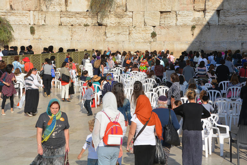 Hasidic judaicos rezam o lado das mulheres imagens de stock royalty free