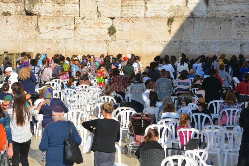 Hasidic judaicos rezam o lado das mulheres foto de stock