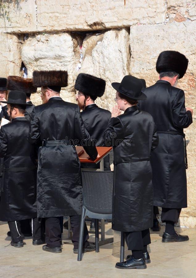 Hasidic judaicos rezam a parede ocidental fotos de stock