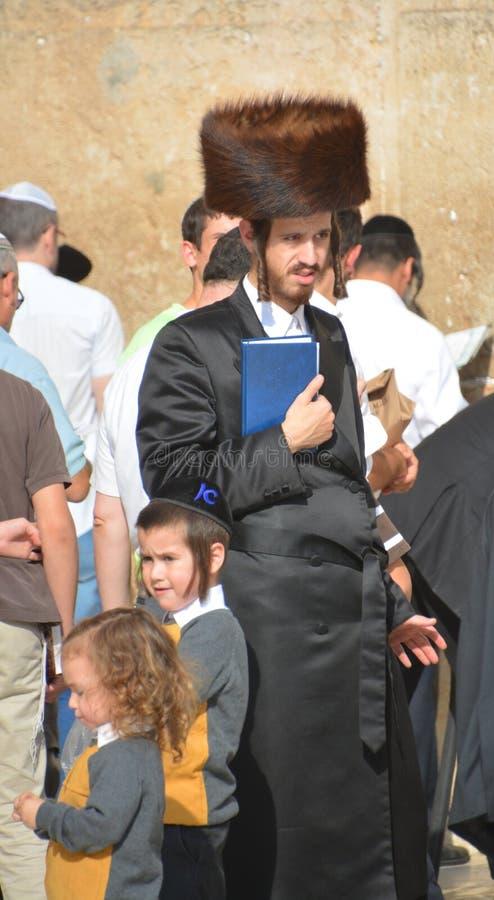 Hasidic judaicos rezam a parede ocidental imagem de stock royalty free