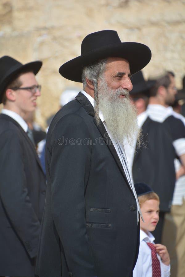 Hasidic judaicos rezam a parede ocidental imagens de stock royalty free
