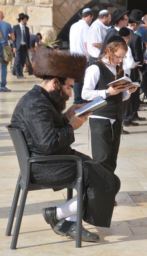 Hasidic judaicos rezam a parede ocidental imagens de stock
