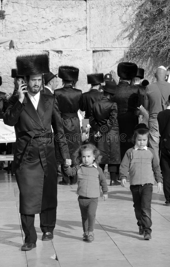 Hasidic judaicos rezam a parede ocidental fotos de stock royalty free