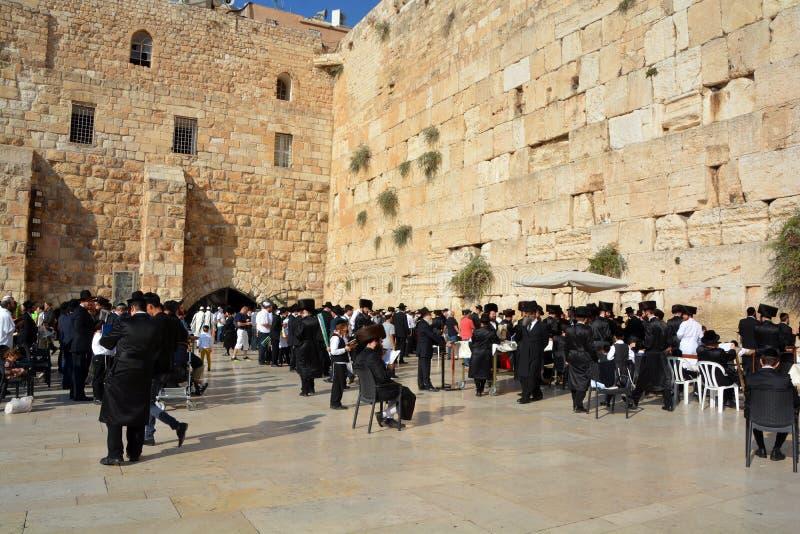 Hasidic judaicos rezam a parede ocidental foto de stock