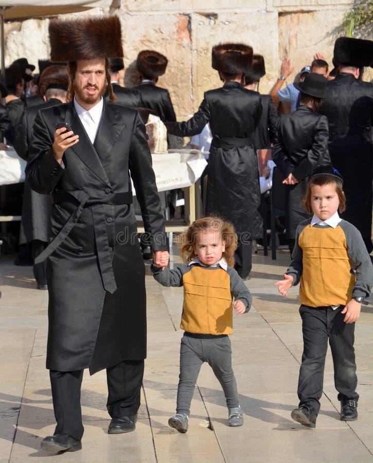 Hasidic judaicos rezam a parede ocidental fotografia de stock royalty free