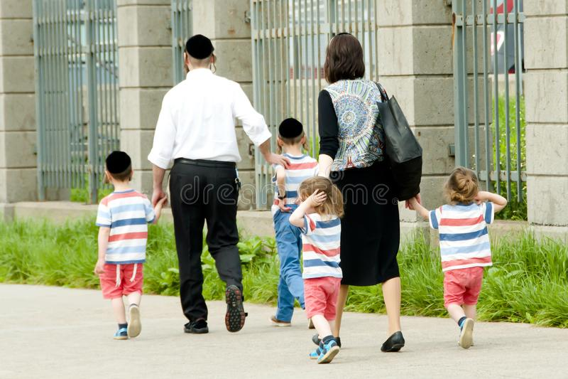 Hasidic judisk familj royaltyfria foton