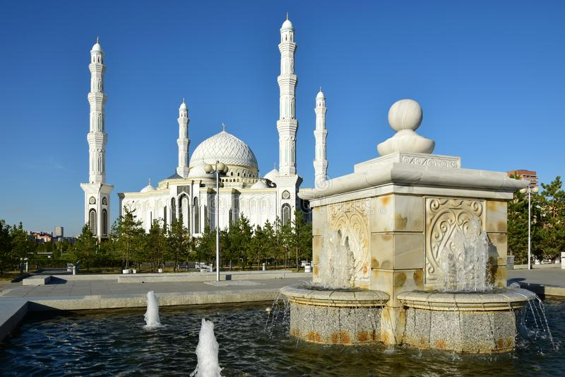 Hasret Sultan Mosque i Astana royaltyfria bilder