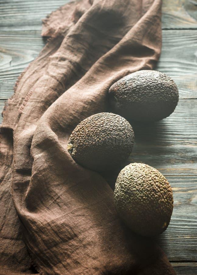 Hass avocados na drewnianym tle zdjęcia stock