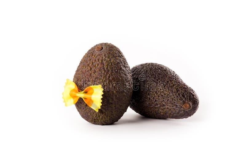 Hass avocados z łęku krawatem odizolowywającym na białym tle fotografia stock