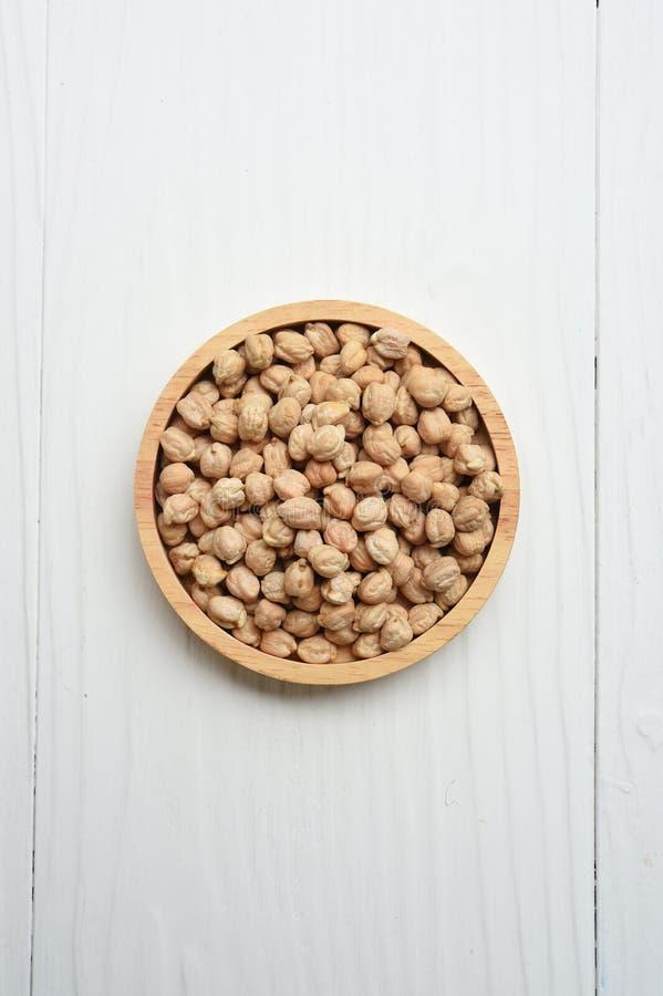 Hasselnötter i träbunke arkivbild
