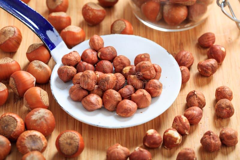 Hasselnötter och en gammal slev arkivfoton