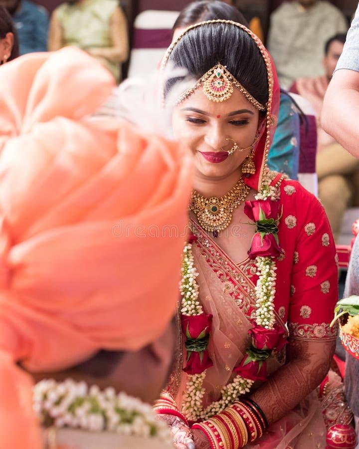 Hast milapceremoni i indiskt bröllop - Indien Ahmedabad royaltyfria bilder
