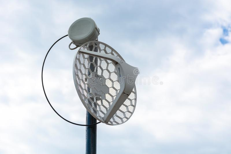 Haste de metal sem fio exterior da antena do Internet no telhado e no céu nebuloso no fundo fotografia de stock royalty free