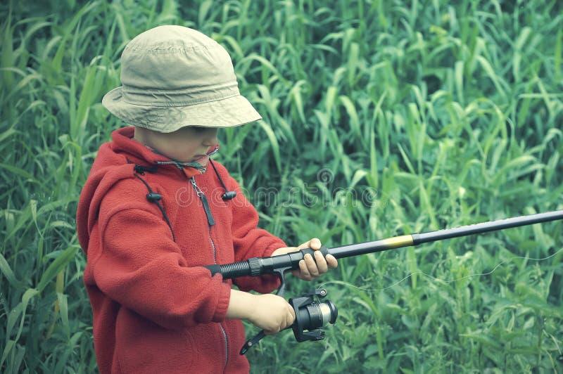 Haste de pesca da terra arrendada do rapaz pequeno imagens de stock