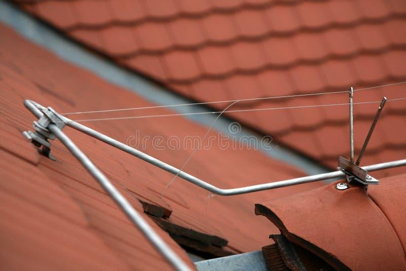 Haste de relâmpago em um telhado telhado fotos de stock royalty free