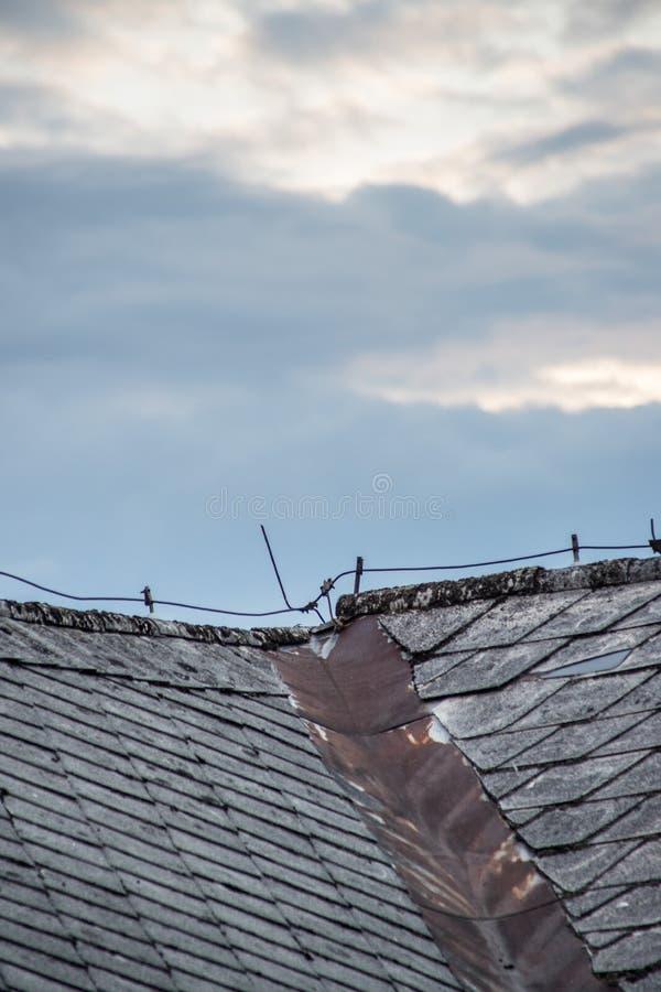 Haste de relâmpago no telhado de uma casa velha imagem de stock royalty free