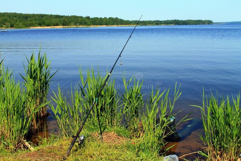 Haste e guisado de pesca no banco do rio foto de stock