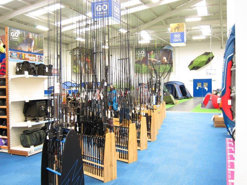 Hastes de pesca em uma loja. imagem de stock
