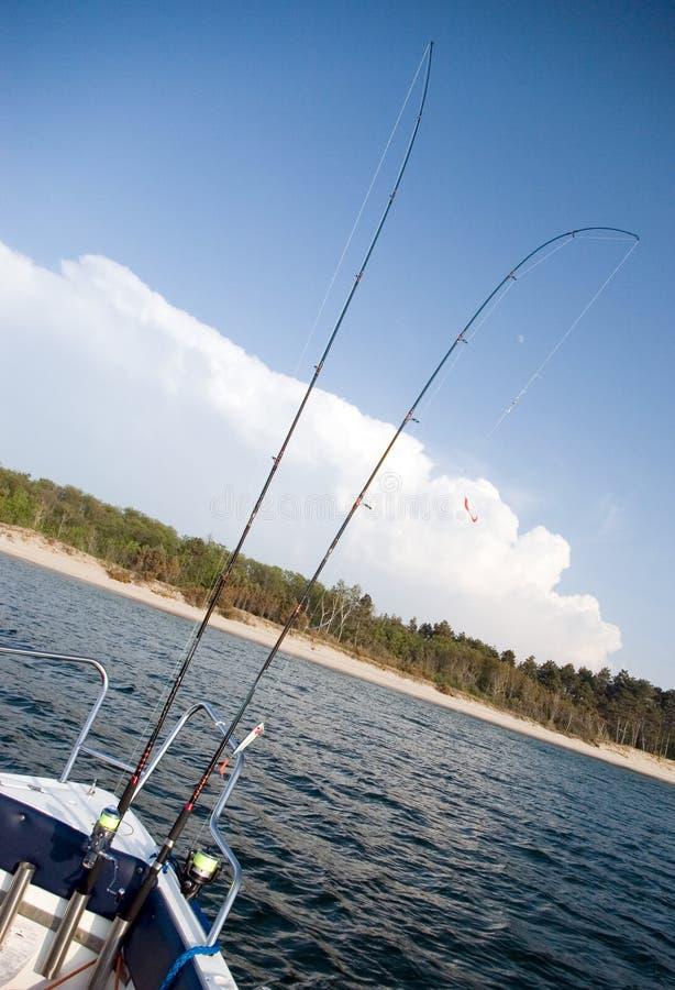 Hastes de pesca no barco fotografia de stock