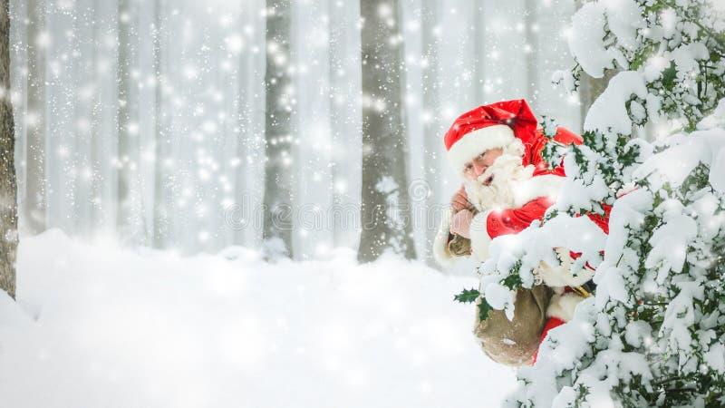 Hastiga Santa Claus är att köra som är snabbt till och med träna arkivfoton