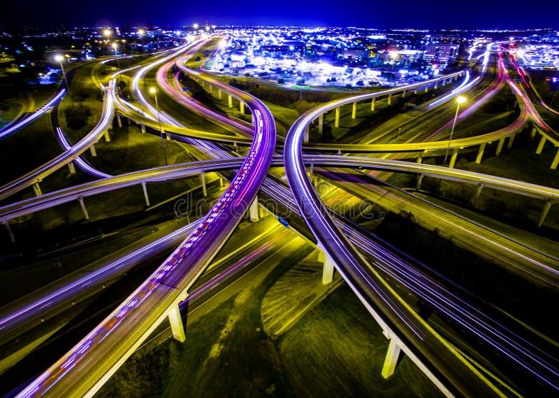 Hastighet för ambulansbesparingliv av ljushuvudvägöglor utbyter Austin Traffic Transportation Highway royaltyfri fotografi