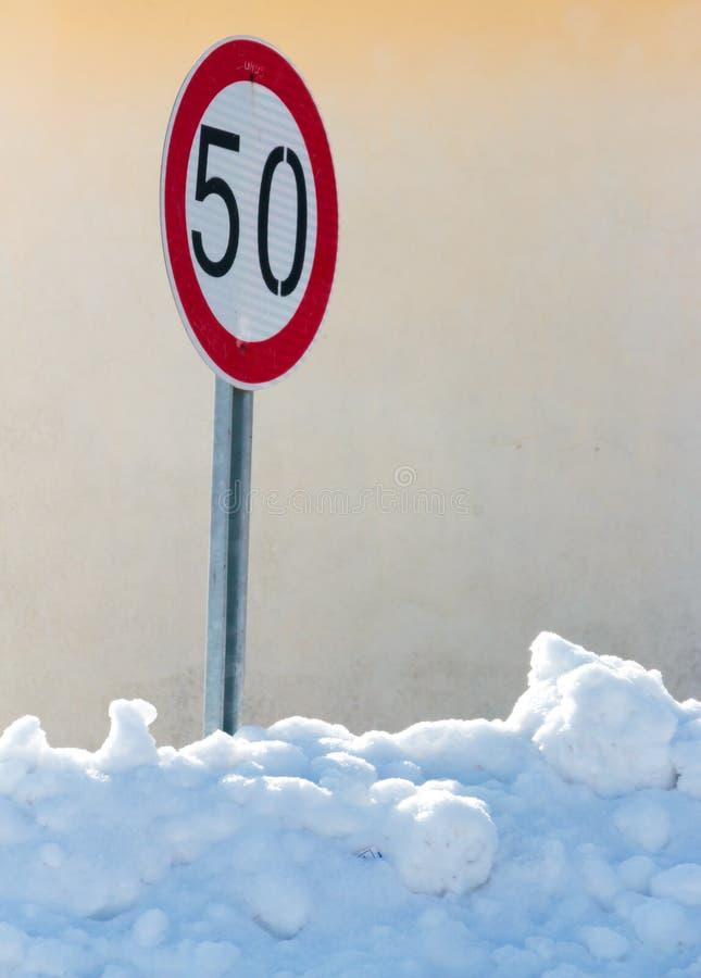 Hastighetsbegränsning 50 för trafiktecken arkivbilder