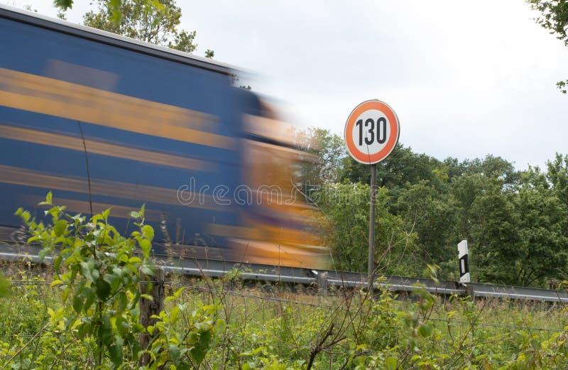 Hastighetsbegränsning 130 på en motorway royaltyfria foton