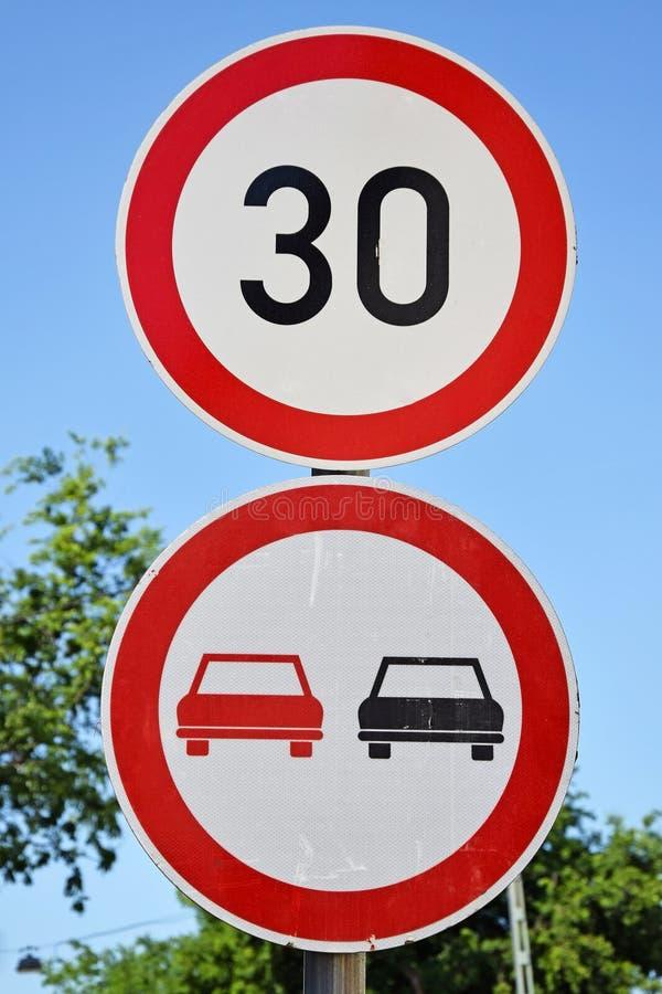 Hastighetsbegränsningen och gör inte över tagandetrafiktecken royaltyfri bild