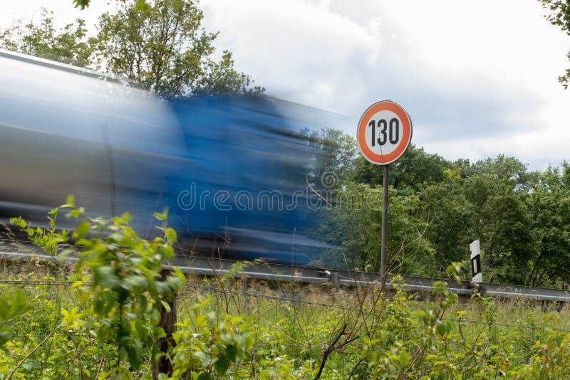 Hastighetsbegränsningtecken 130 på autobahnen, huvudvägTyskland royaltyfria foton
