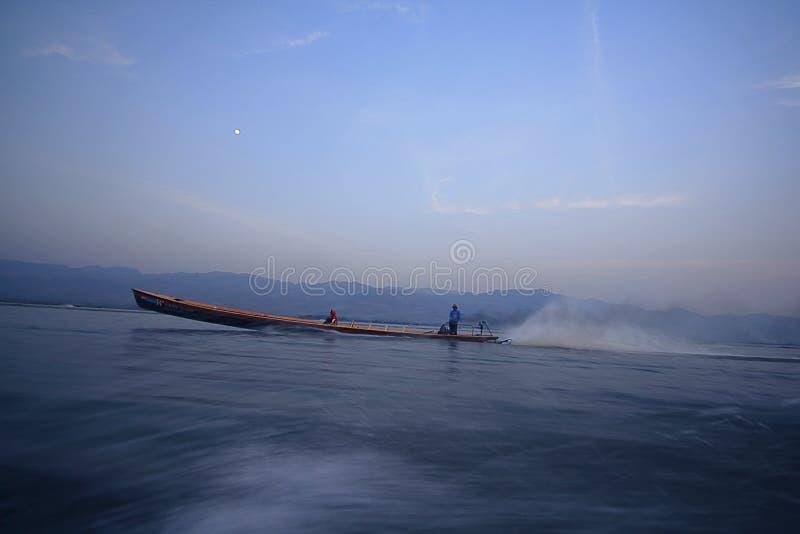Hastighetsfartyg på vattnet arkivbilder