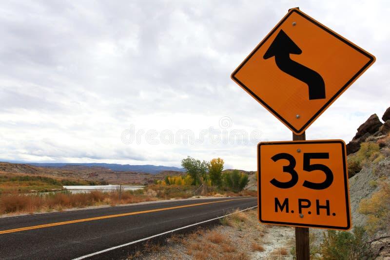 Hastighetsgräns och kurvtecken royaltyfria bilder